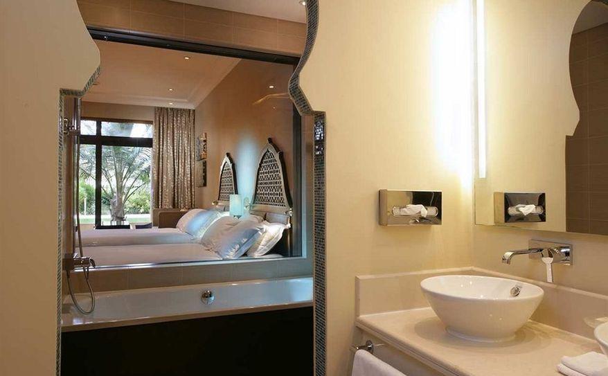 DBL Queen Hilton Guestroom Bathroom