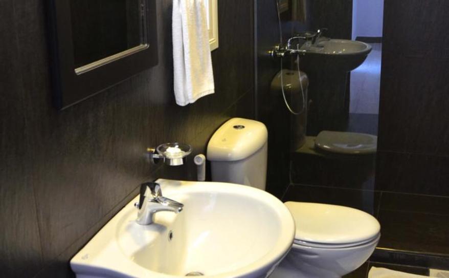 Queen Bed Guest Room-bathroom